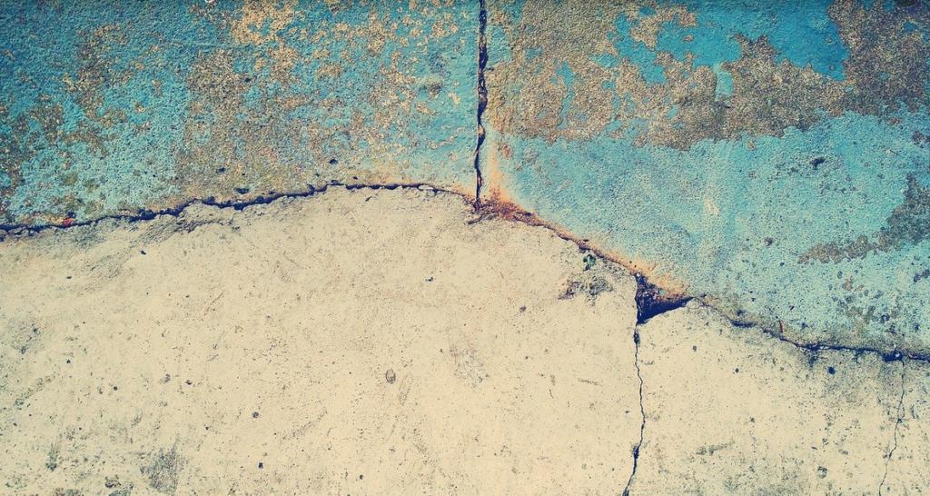 Mauer mit Rissen